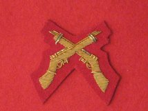 MESS DRESS CROSSED RIFLES GOLD ON SCARLET RED BADGE